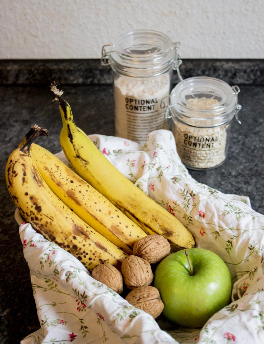 Frisches Brot mit Bananen, Apfel, Dinkelvollkorn und Haferflocken